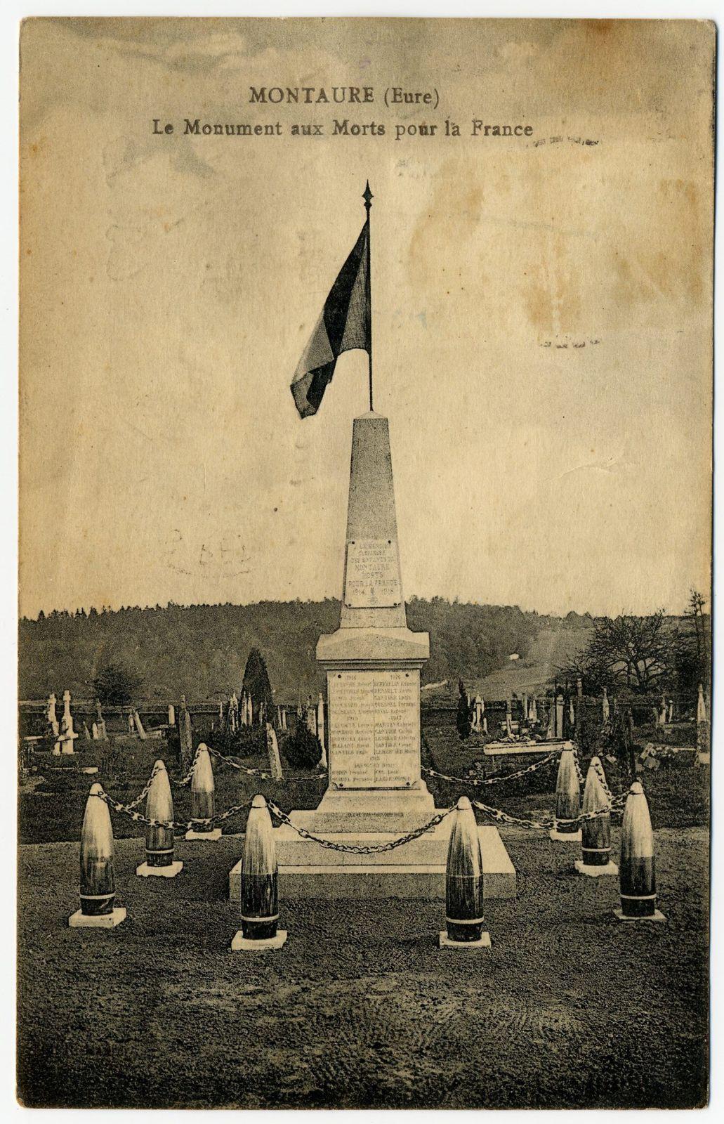 Le Monument aux morts de Montaure vers 1920 et en 2013 (cliché contemporain Armand Launay, aout 2013).