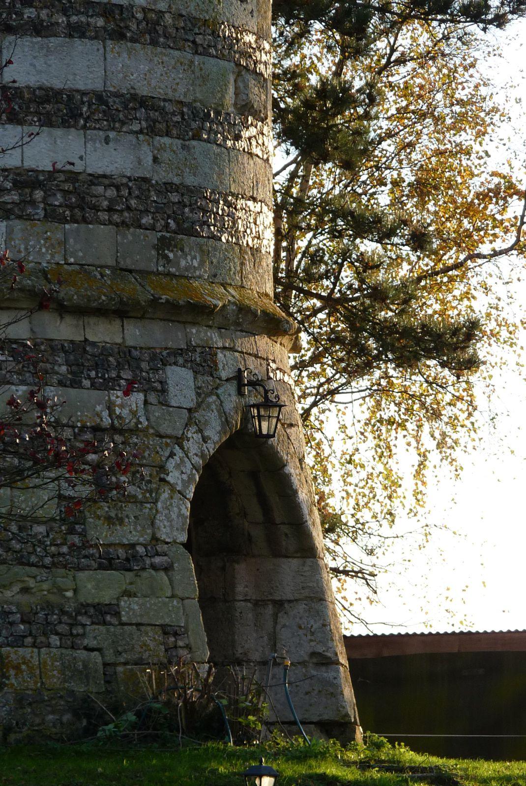Autre perspective sur la porte ouest et les reflets d'automne sur les moellons de silex (cliché Armand Launay, novembre 2013).
