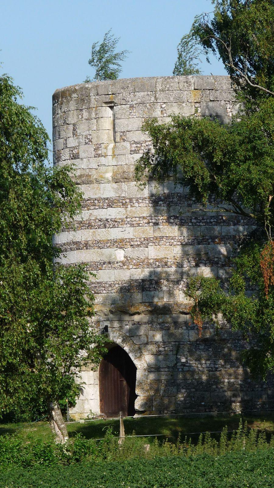 Tostes possède un beau patrimoine ancien dont la tour d'un moulin du XVe siècle (propriété privée) (cliché Armand Launay, aout 2013).