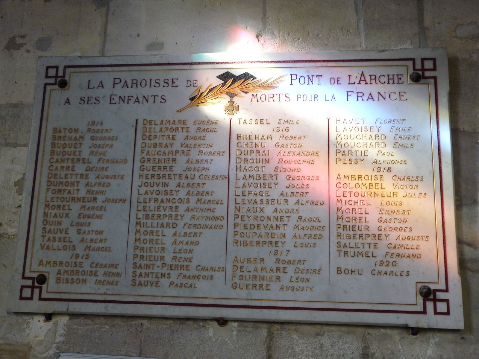 La paroisse de Pont-de-l'Arche a fait graver les noms des soldats décédés sur une plaque de marbre située sous la tribune de l'orgue (cliché Armand Launay, novembre 2013).