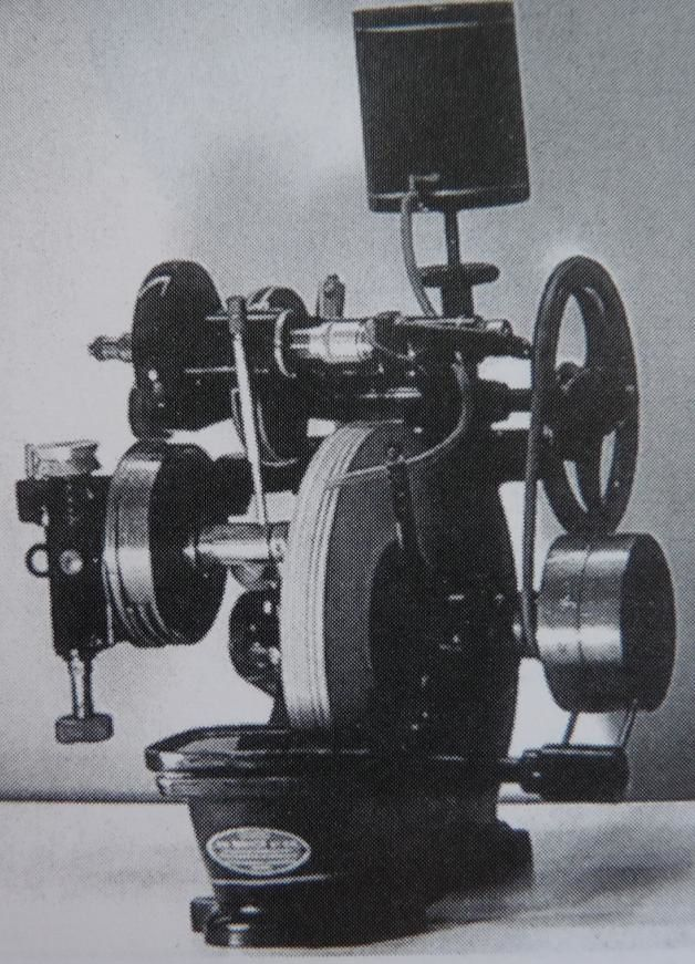 """""""L'universelle"""", première meuleuse semi-automatique de l'histoire. Elle fut conçu par Joseph Briot en 1936 à Louviers."""
