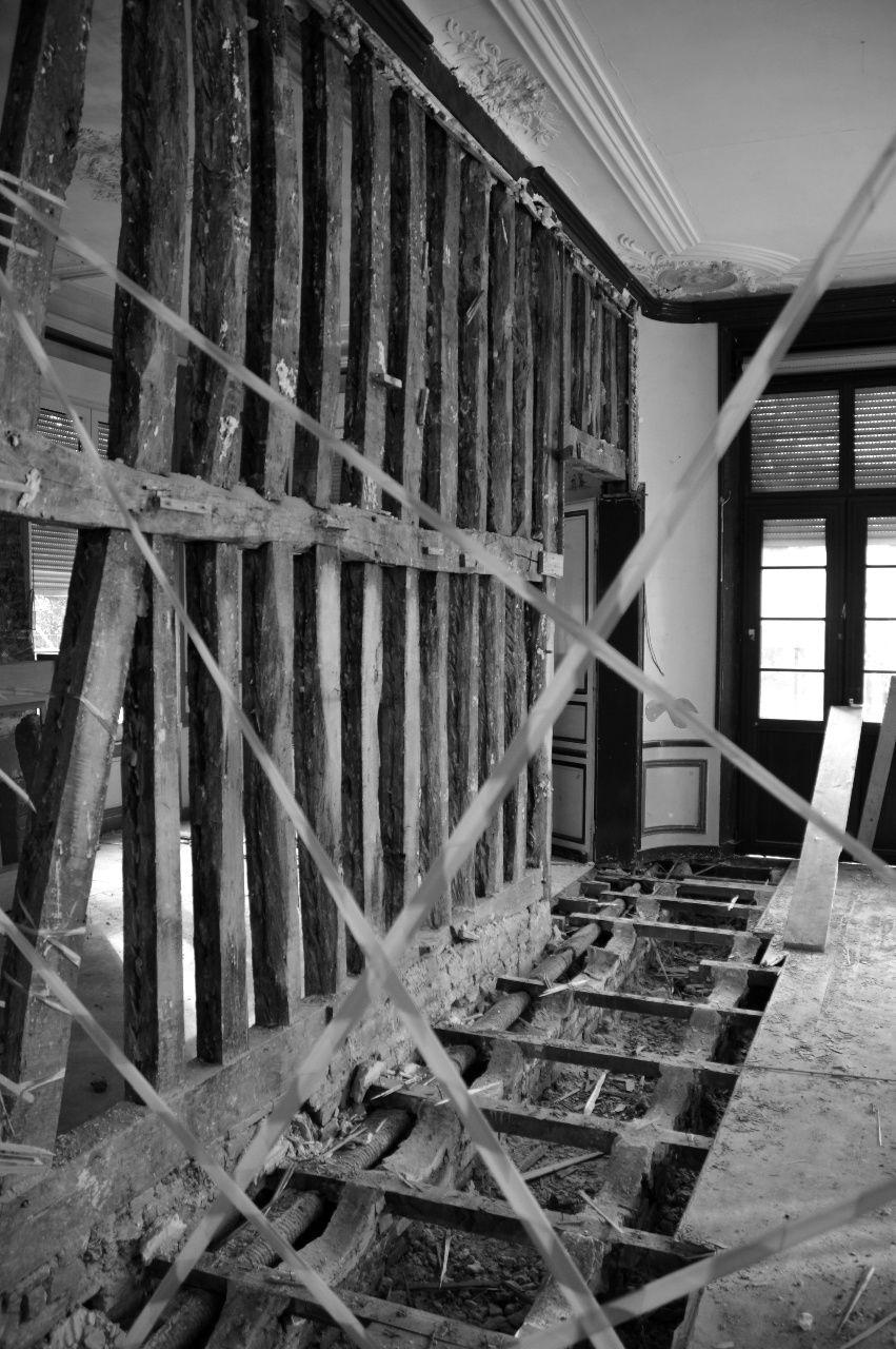 Quelques vestiges du bâtiment antérieur au Château ont été mises au jour lors de la réhabilitation du Centre de loisirs (cliché Bertrand Gascoin, 2012).