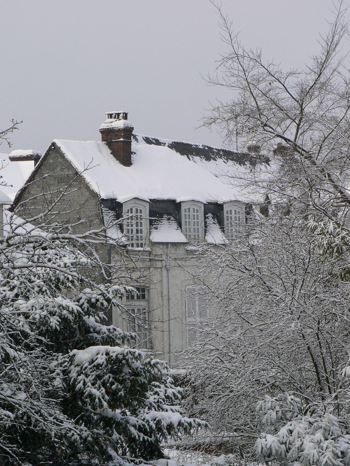 L'aile Est du Manoir vue depuis le pont de Pont-de-l'Arche (cliché Armand Launay, 2011).