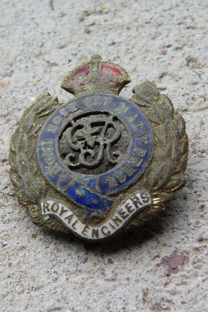 Un insigne du Génie britannique retrouvé par un prospecteur de métaux aux Damps (photo A. Launay, 2013).