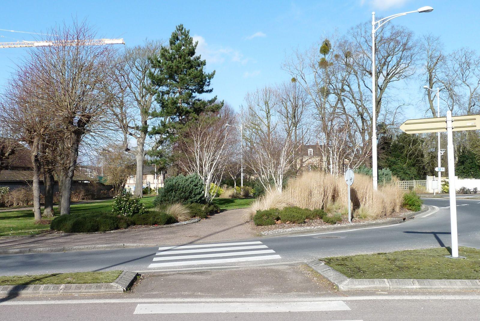 Difficile d'imaginer que les espaces verts près des écoles faisaient partie du parc de la Folie-Vallée avant 1954 où fut créée la route raccordant le pont de Pont-de-l'Arche à l'avenue de la Forêt-de-Bord aux Damps (cliché Armand Launay, février 2014).