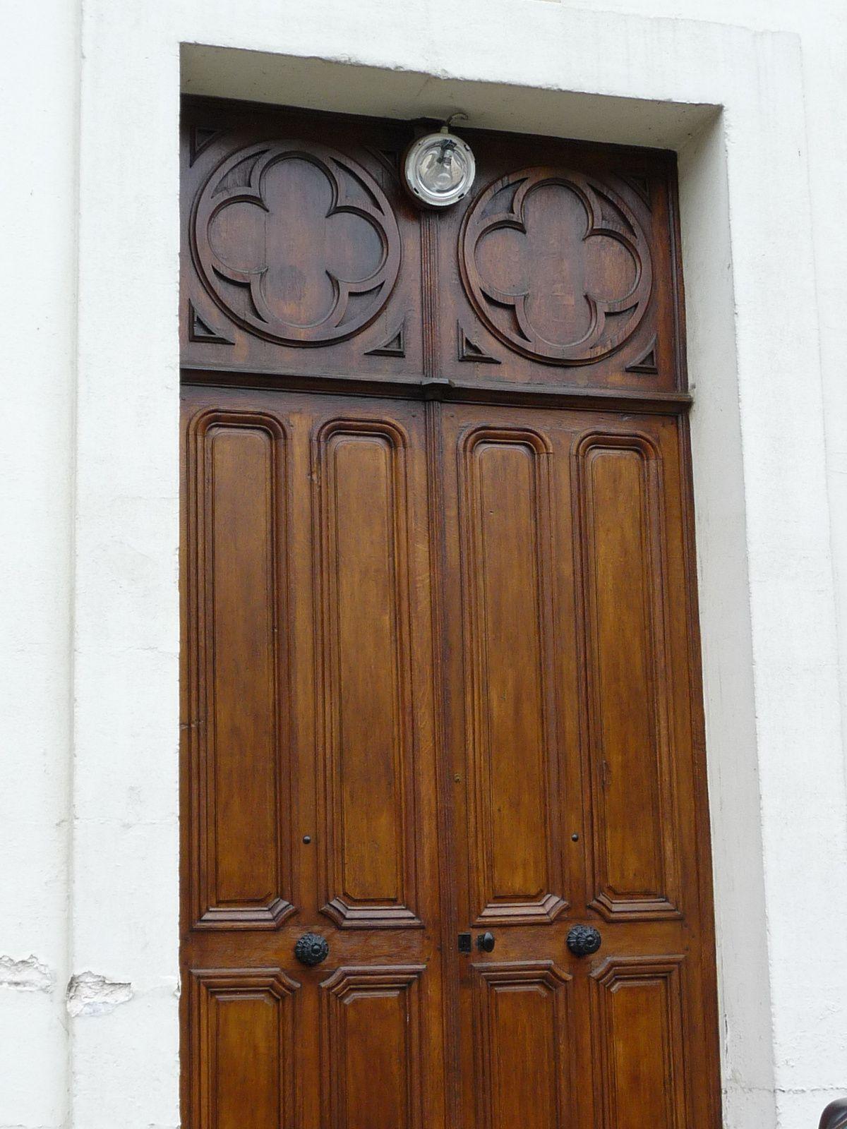 Les croix qui couronnent les deux entrées de la chapelle Saint-Luc. Vue sur la porte d'entrée de la rue Julien-Blin (clichés Armand Launay, 2013, 2013 et 2014).