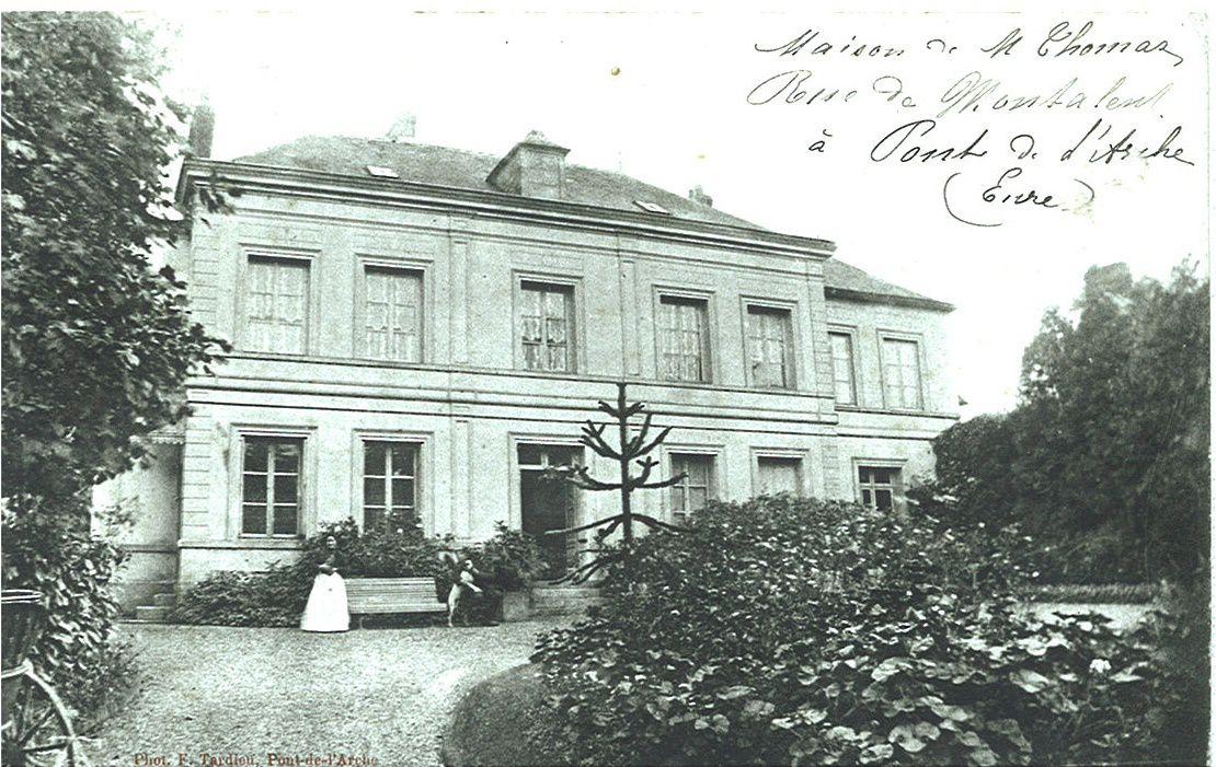 Sur cette copie de carte postale des années 1910, on voit une maison bourgeoise (qui doit dater des années 1840) ressemblant à l'hôtel de Ville, de la même époque. Son expéditeur indique qu'il s'agissait alors de la maison de Monsieur Thomas. Albert Lepage indiqua que les bâtiments du couvent furent rasés en 1840 et se situaient à cet emplacement, c'est-à-dire à l'angle de la rue Jean-Prieur et de la rue Fichet (voir la photographie ci-dessous).