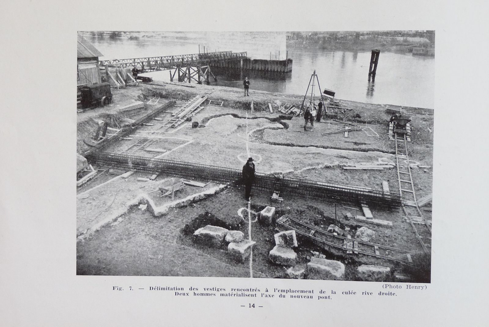 Découvertes de vestiges de fondations du fort de Limaie par les équipes travaillant à la construction du pont actuel de Pont-de-l'Arche (de 1951 à 1954). Il semble que l'arc de cercle en bas de cliché (studio Henry, Louviers, page 15 de la référence ci-dessous) montre une partie de la tour maitresse. Le reste est plutôt méconnaissable.