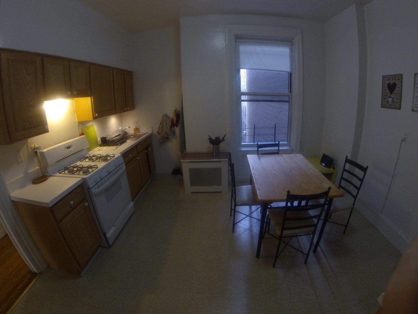 La cuisine, plus grande que les précédentes, on a la place d'y mettre une table, le frigo est plus petit par contre, presque à la taille française.