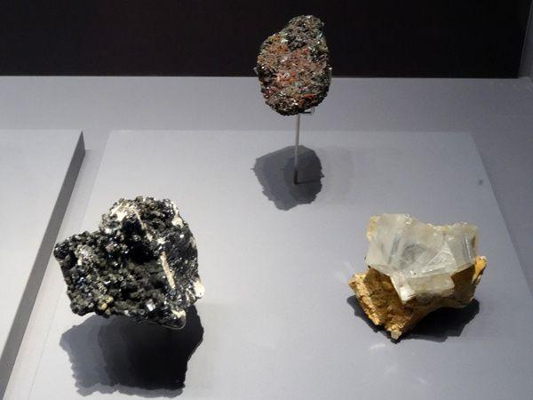 De gauche à droite : GOETHITE  Saint Austell, Cornouailles, Royaume-Uni - ATACAMITE  Atacama, Chili - DOLOMITE  Engui, Navarre, Espagne