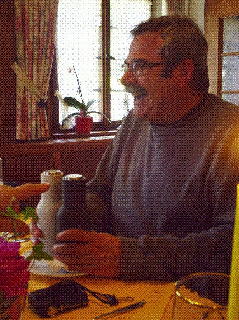 Crise de rire de Chean Marie sur le fonctionnement de la salière