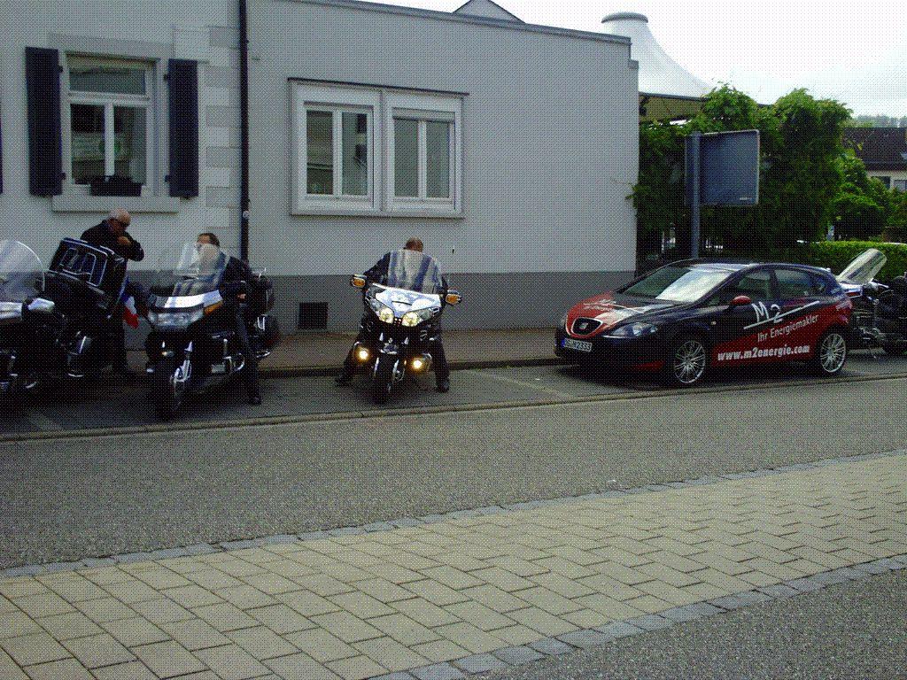 On gare les motos pour éviter les PV de la police allemande, z'aiment pas les moto sur le trottoir !