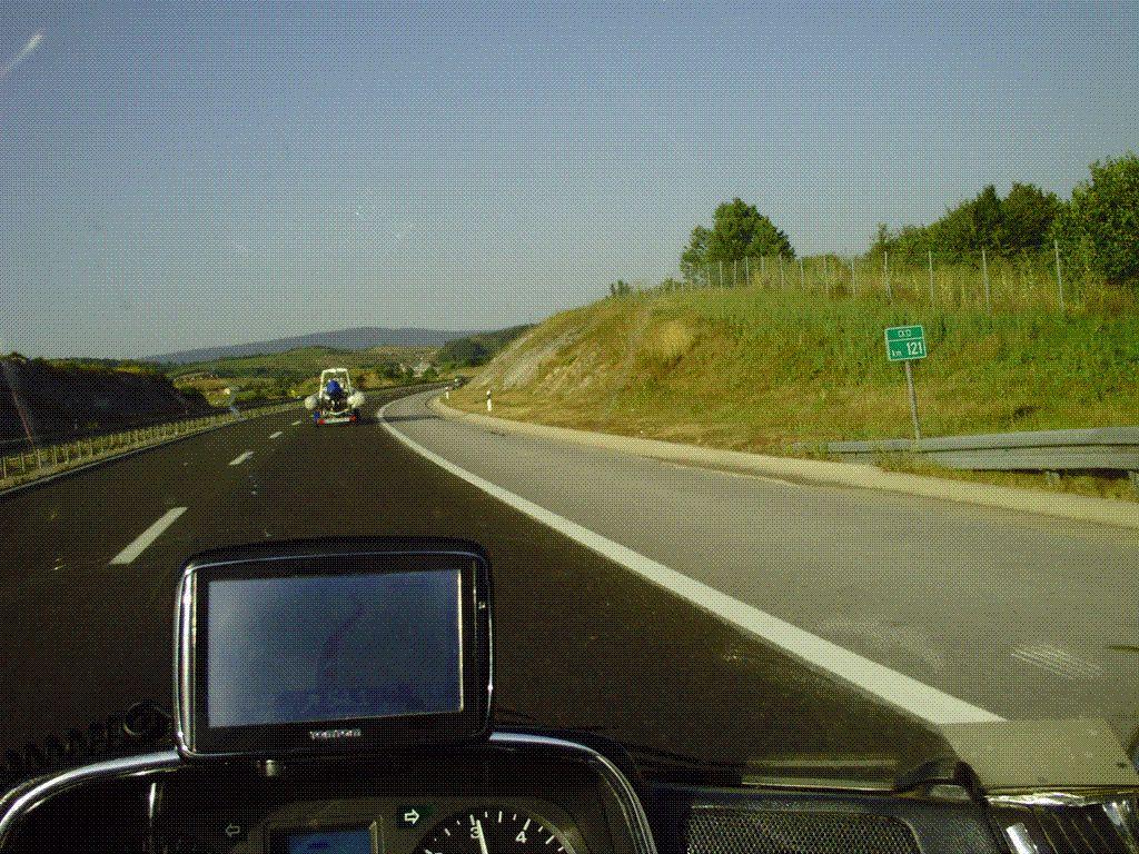 NOTEZ ......LA POSITION DE MON GPS BIEN CENTRÉE AU MILIEU DU PAREBRISE ET NON FIXÉ SUR UNE POIGNÉE