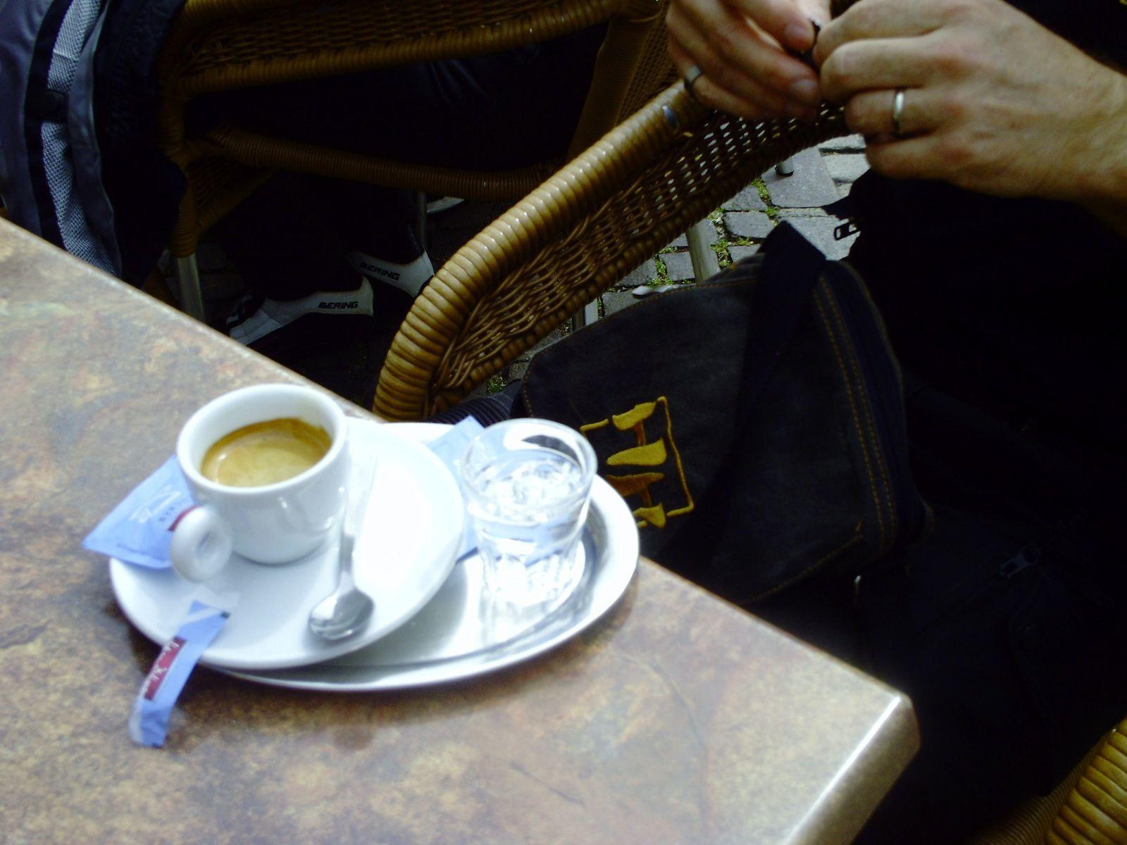 QUI BOIT DÉJÀ UN DIGESTIF AVEC SON CAFÉ DÈS LE MATIN ?????????