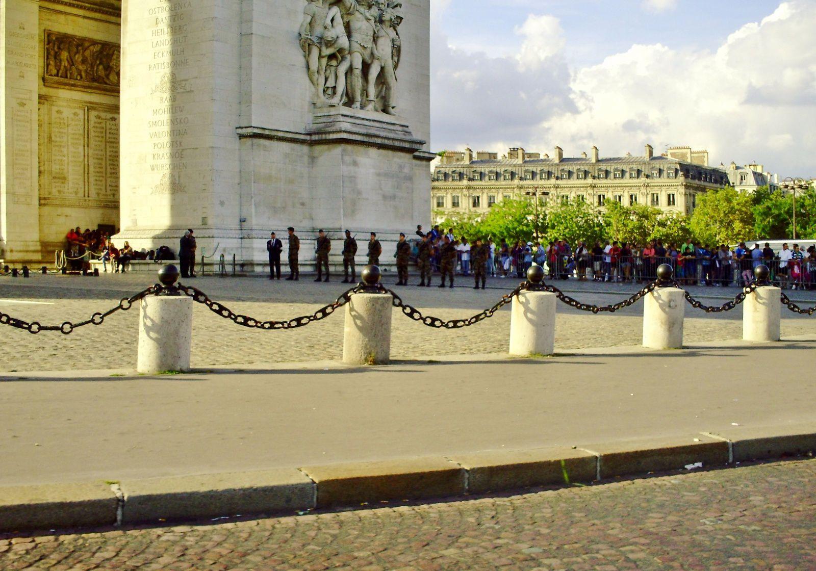 À PARIS IL Y A TOUJOURS DES PRISES D'ARMES ET DES MANIFESTATIONS