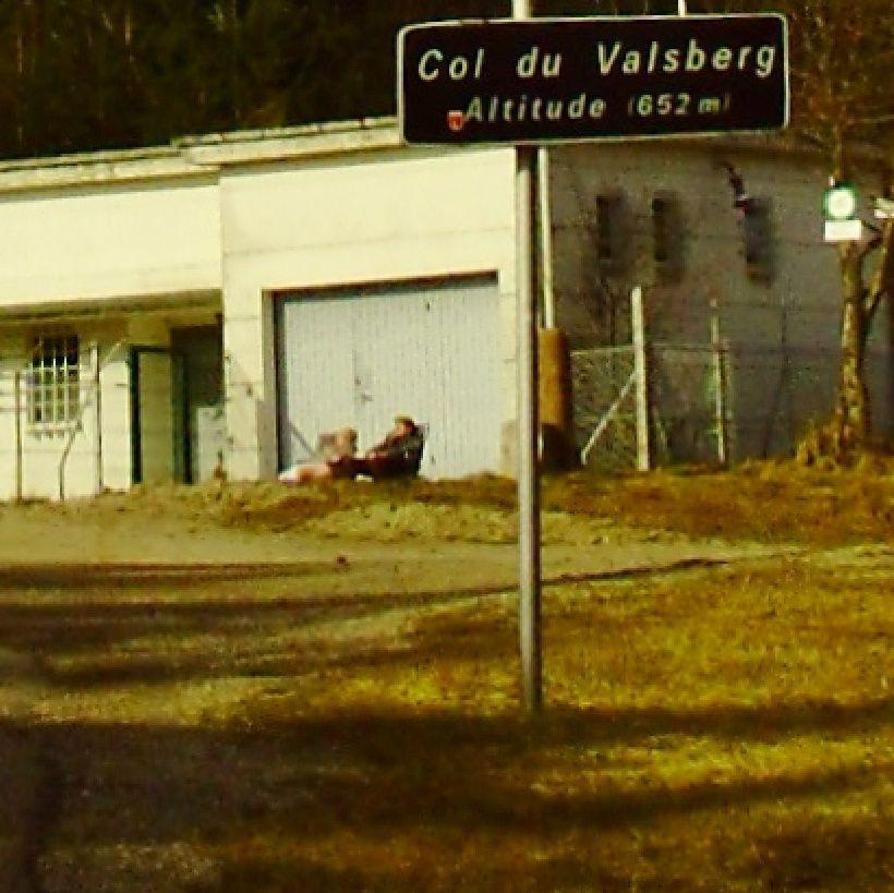 LE COL DE VALBERG 652 MÈTRES..................... LES ANCIENS PROFITENT AUSSI DU SOLEIL À L'HEURE FAÇON