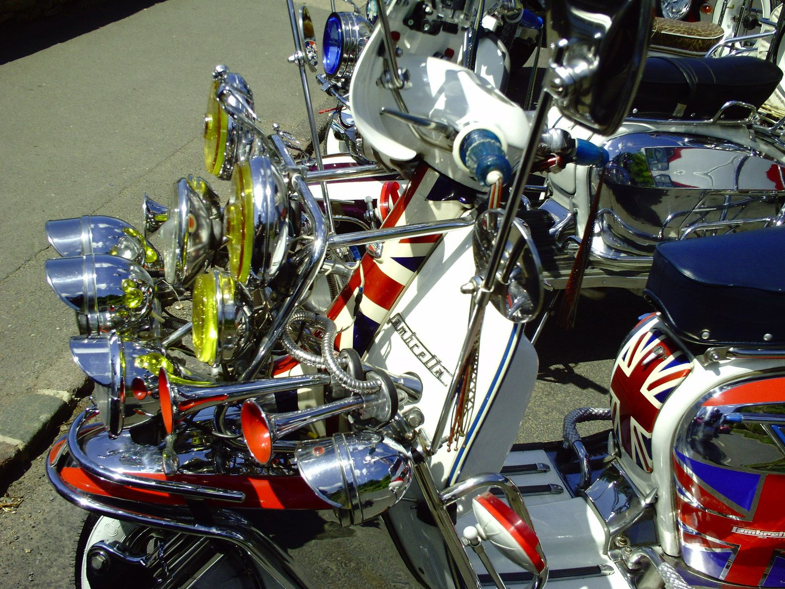 SO BRITISH......................J'AVAIS PRIS CE SCOOTER AU HARD ROCK CAFÉ DE FLORENCE