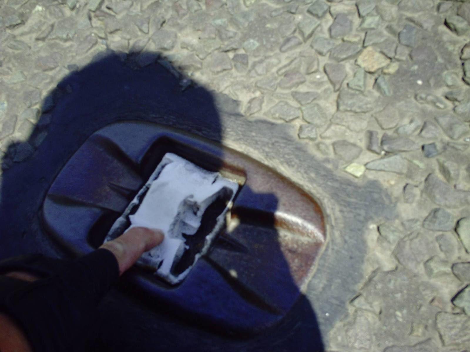 PHOTOS À L'ARRÊT - DES TONNES DE MÉTAL SUR LES ROUTES - AU MILIEU SPONGIEUX CAOUTCHOUTÉ AVEC DEUX ÉLÉMENTS RÉFLÉCHISSANTS