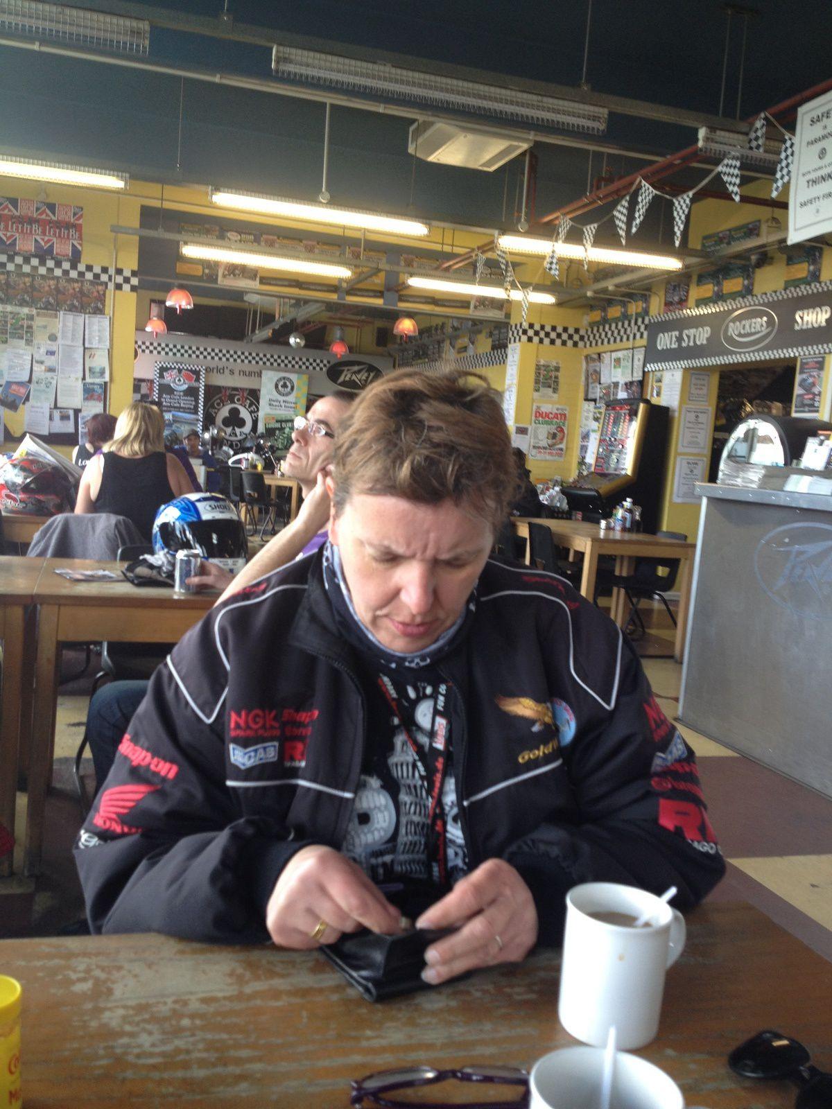 LE TEMPS D'UN CAFÉ AU ACE CAFÉ.......................... PÉPETTE ÉTUDIE LES PIÈCES