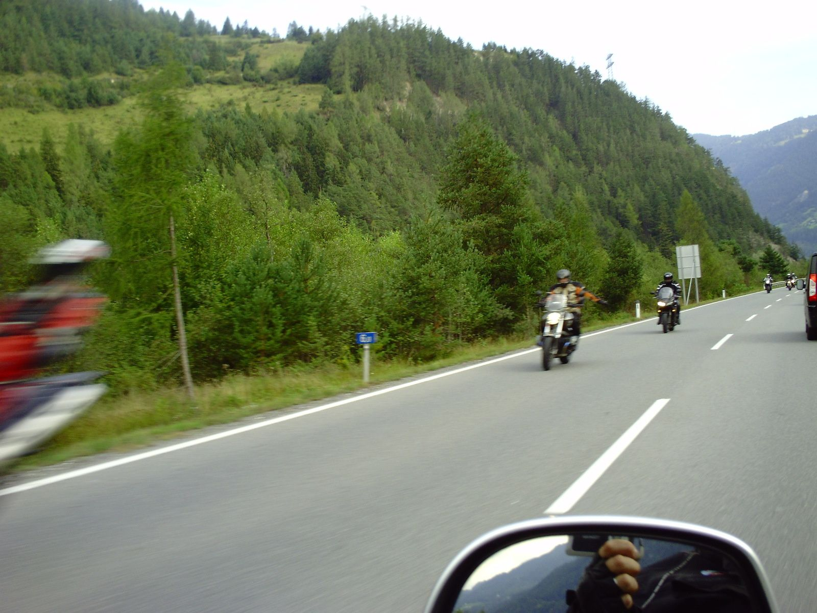 ON VA CROISER UN GRAND NOMBRE DE MOTARDS.............. LES COLS ATTIRENT LES MOTARDS DE LA RÉGION