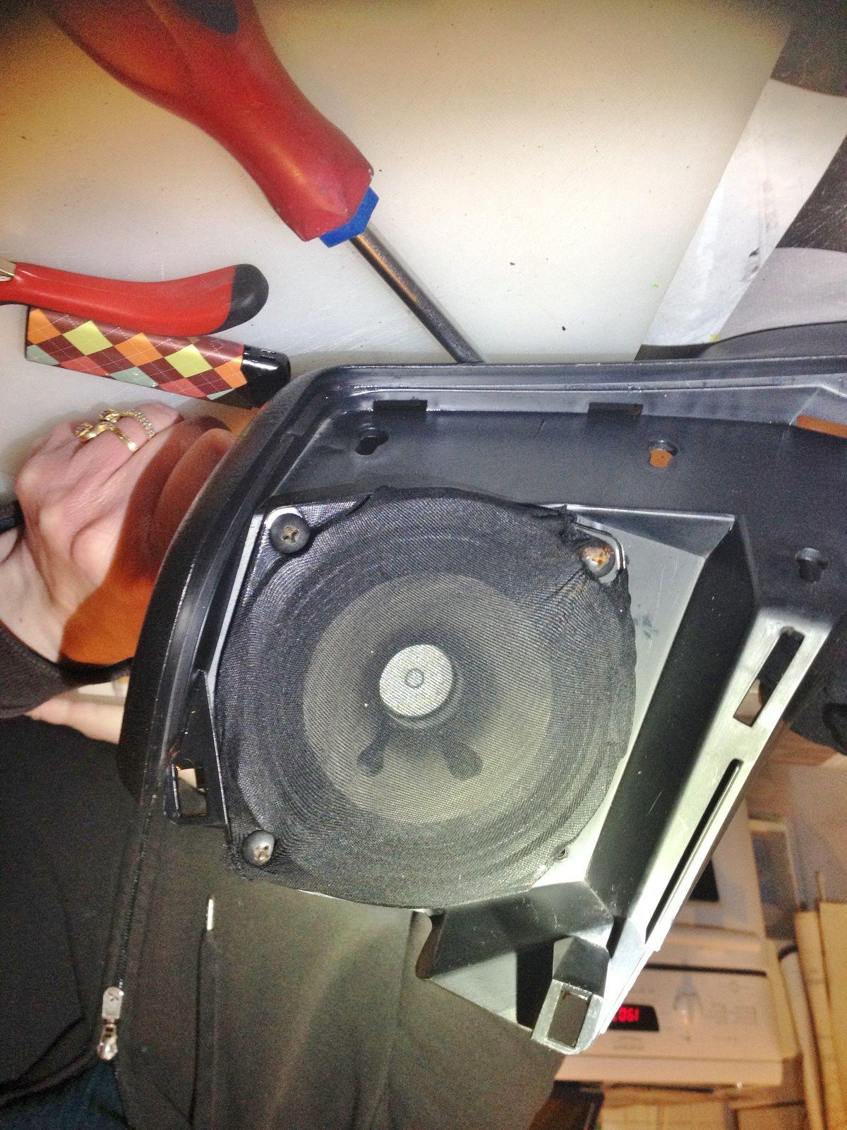 Goldwing 1800 - Défaire le double fond du coffre pour atteindre les hauts parleurs arrières (HP)