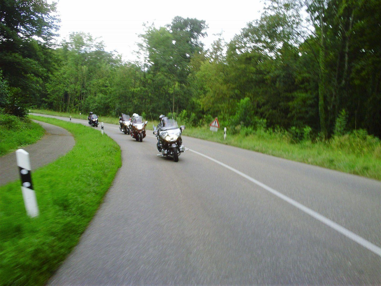 5 MOTOS ..... ON ENVAHIT LA FORÊT NOIRE
