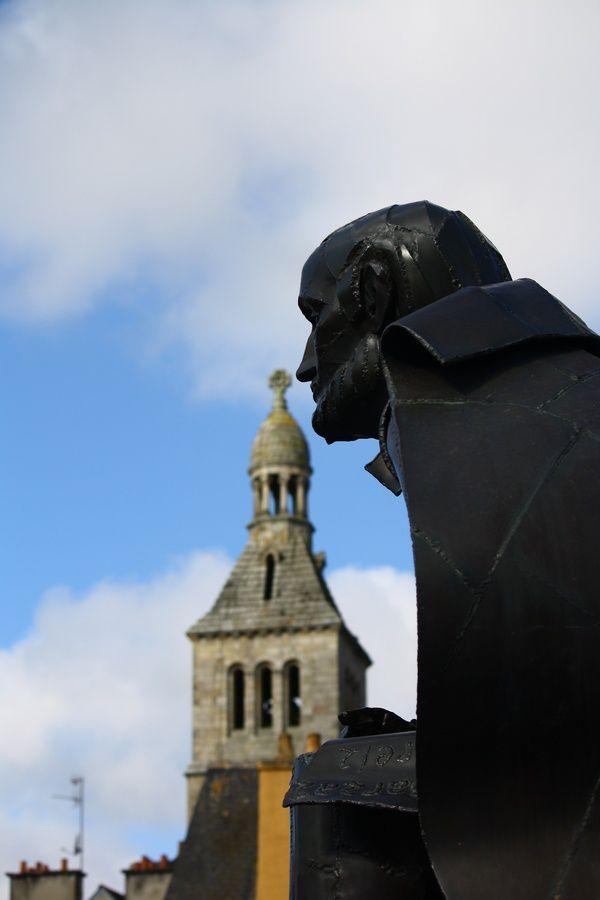 Une effigie en son honneur le long de l'Ellé à Quimperlé