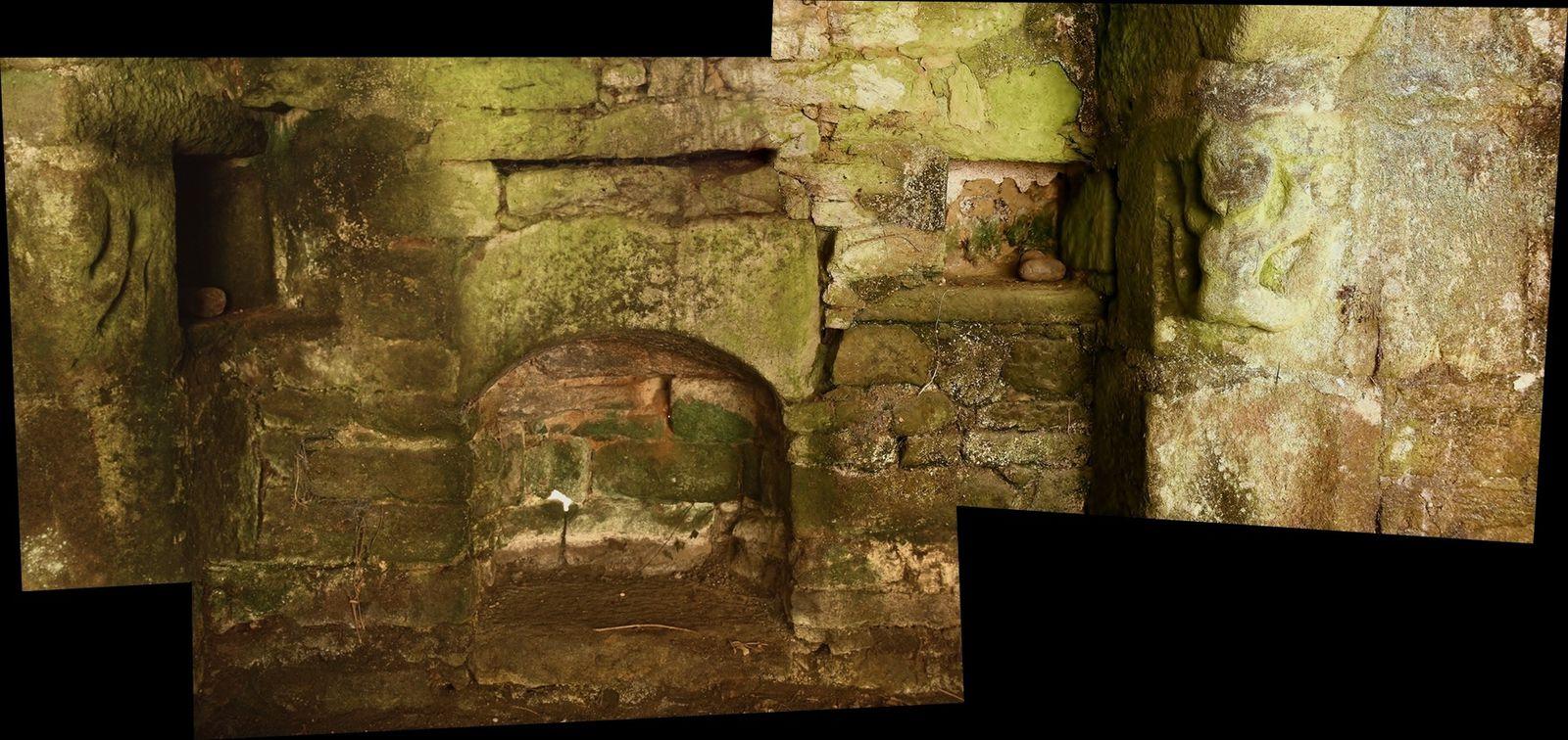 Vous constaterez coins de cheminées sont sculptées. Le moulin servait aussi de pigeonnier, ce qui permettait de montrer l'importance de son patrimoine. Il y a un calvaire sur le pignon de la construction. N'oubliez pas un petit clic pour visualiser les photos en grand. Bonne journée.