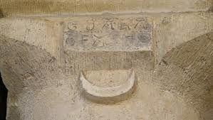 l'inscription sur le chapiteau de la colonne