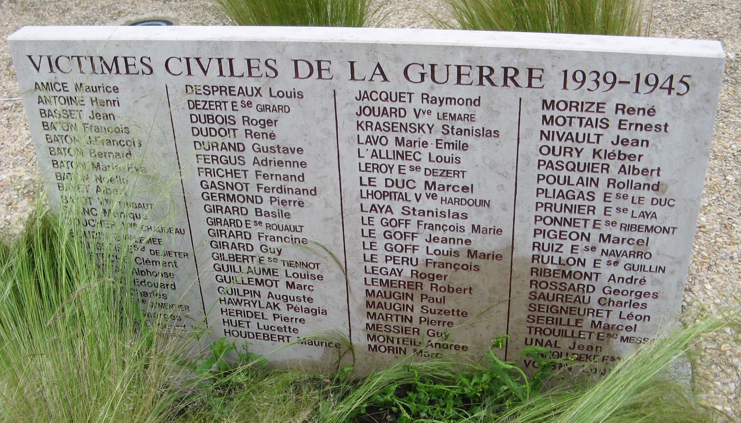 Plaque aux victimes civiles de la guerre (pour les bombardements de 1940 et 1944) prés du monunment aux morts de Dreux.i