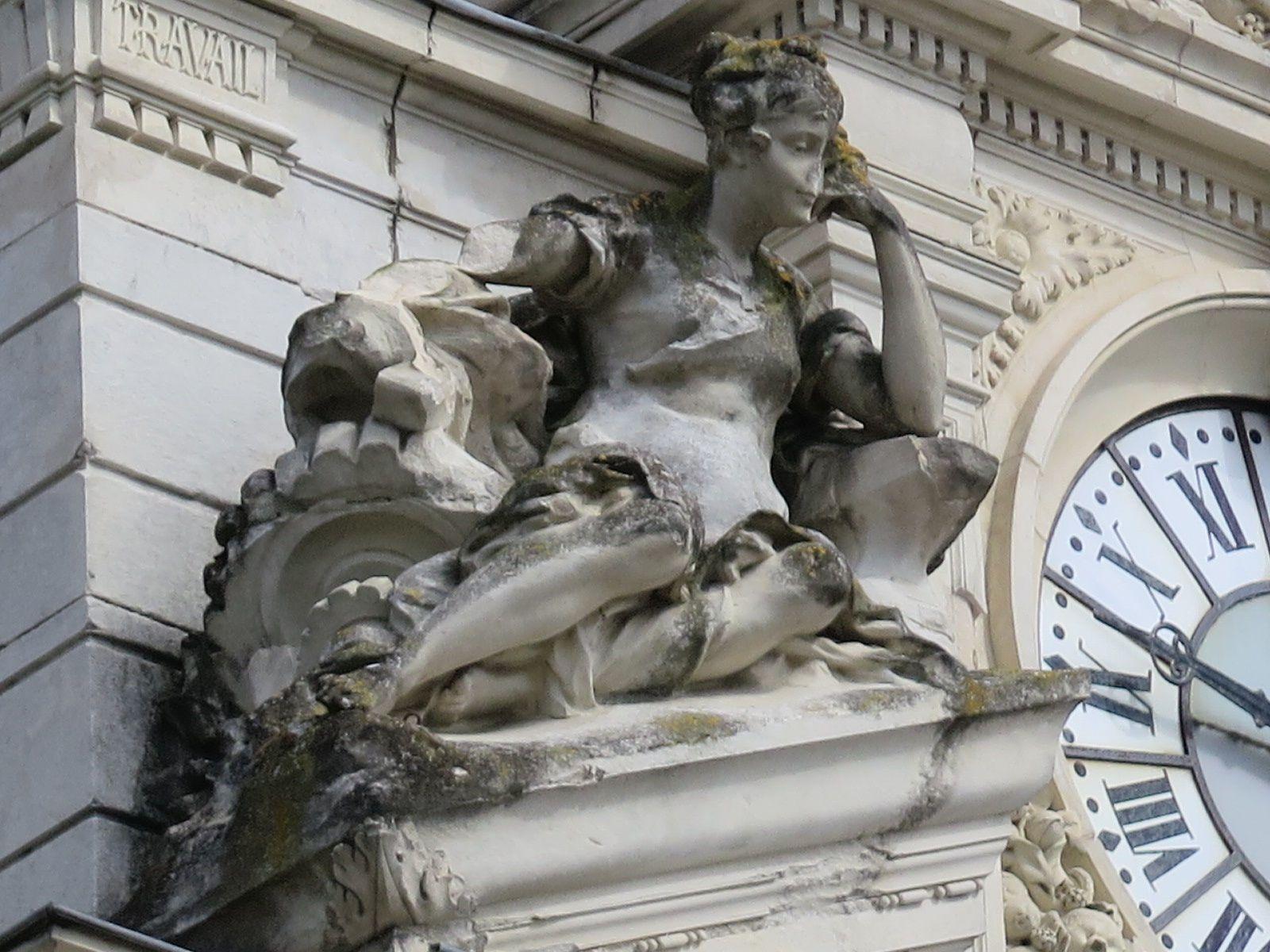 L'ANCIENNE CAISSE D'EPARGNE MAIRIE: Les bras lui en tombe
