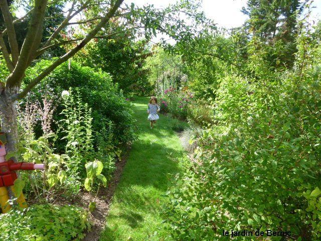 Les congés scolaires se poursuivent, une autre paire de petits enfants court dans le jardin.