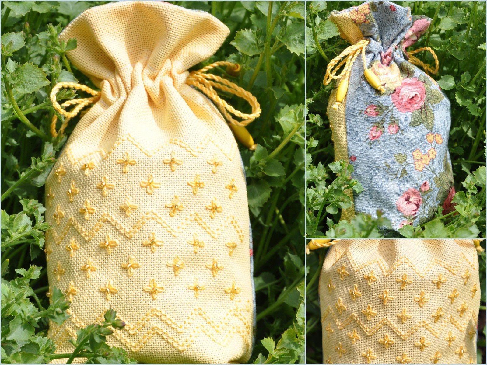 """VENDU Pochon """"jaune paille"""" brodé ton sur ton agrémenté de perles . Tissu à fleurs au dos et à l'intérieur . 18cm haut X 13cm .     15.00€"""