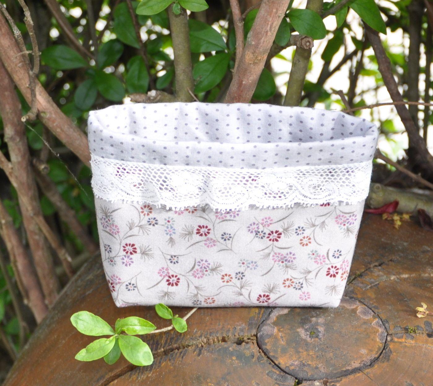 Pochette tissu gris à pois pour l'intérieur et des petites fleurs à l'extérieur . Dentelle ancienne . 10cm de haut X 14cm    12.00€