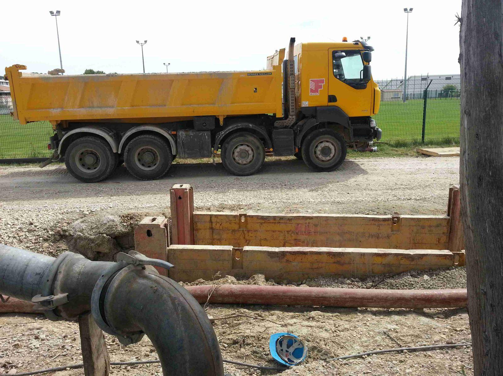 Derrière ces barrières de chantier des trous de plusieurs mètres de profondeur sans protection adéquate. Qui est responsable?