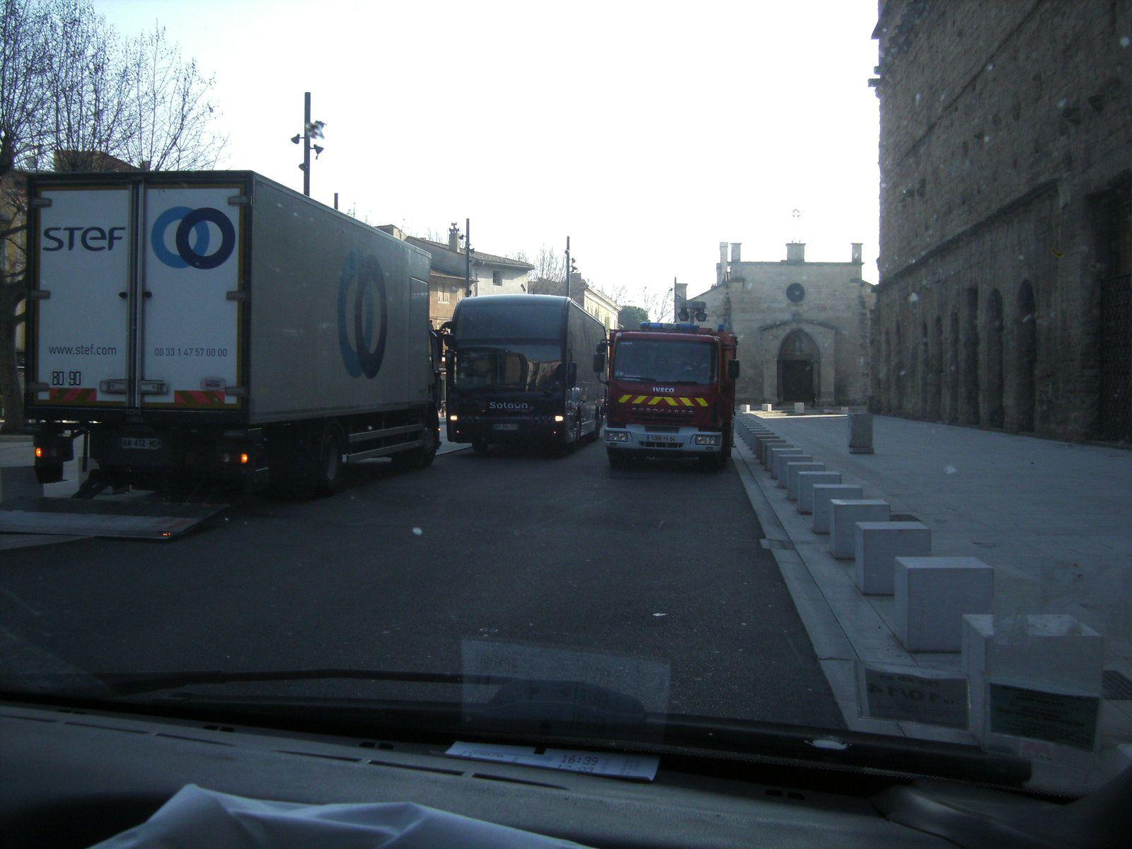 Un bus de touristes sur une place neuve un camion de livraison et on reste planté là devant le théatre antique bloqué par une circulation difficile