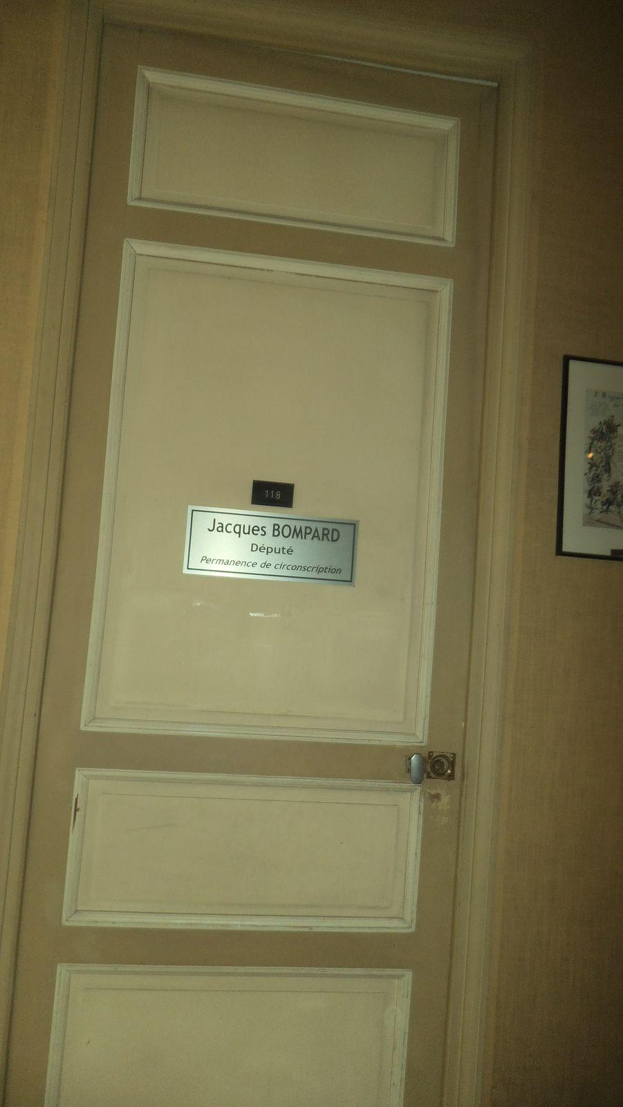 Donnant dans le hall la porte de l'ex-bureau du chef de la communication transformé et totalement réaménagé dernièrement en permanence de circonscription du député Jacques Bompard. Euh! réaménagé avec quels moyens? Des employés municipaux montaient les meubles en décembre dernier.