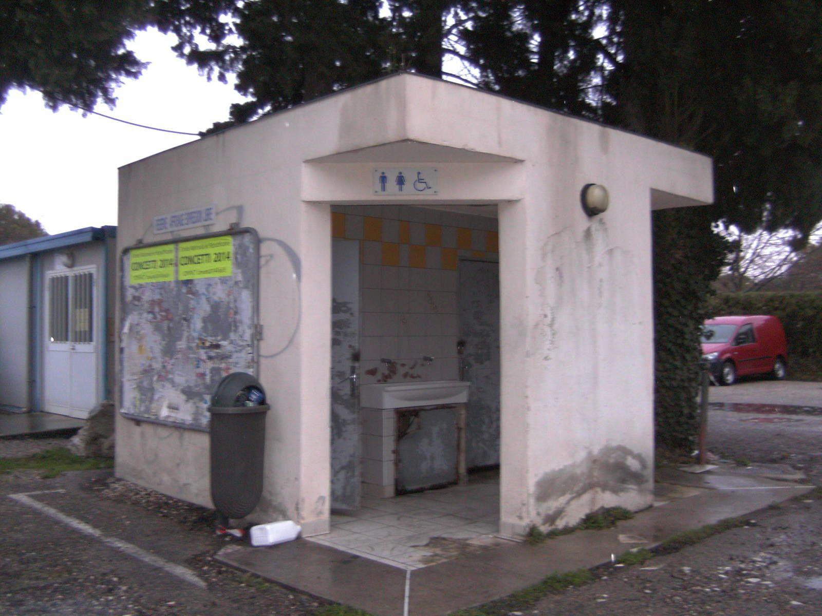 Les vieux WC public hors d'usage...
