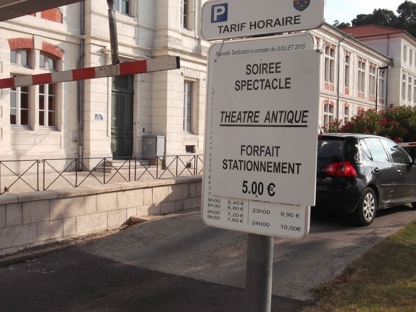 Le parking du théâtre antique plein