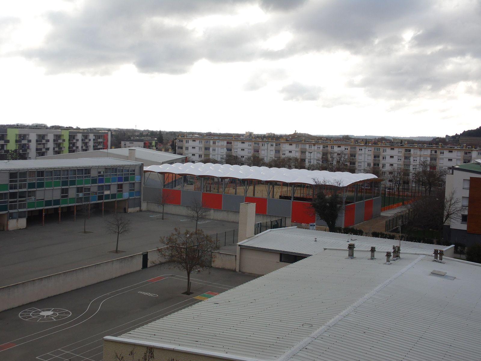 Photo au 16 01/2016 du quartier de Fourchevieilles avec vue sur le nouveau plateau multi-sports couvert, et bien sûr vous reconnaissez en premier plan les cours des écoles élèmentaire et maternelle.
