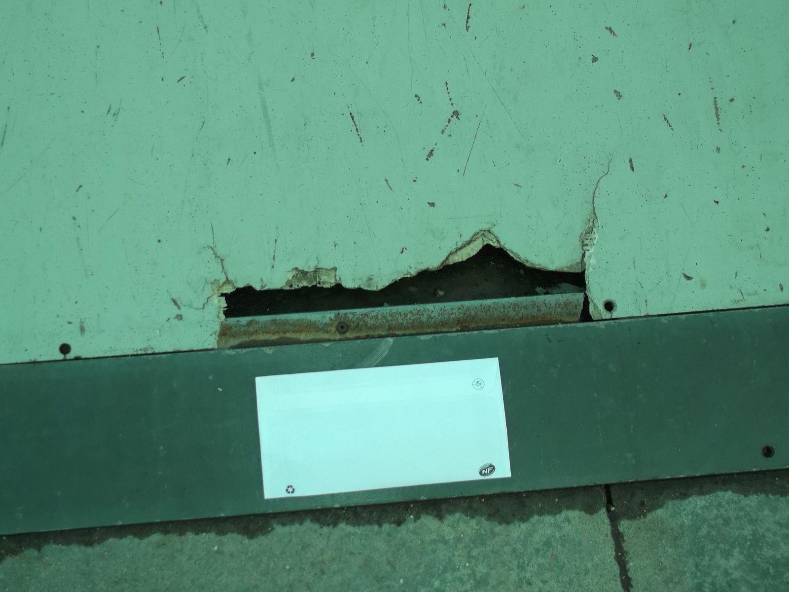 Une fente de 40 cm sur 3/5 cm comme en temoigne l'enveloppe standart posée comme échelle de grandeur