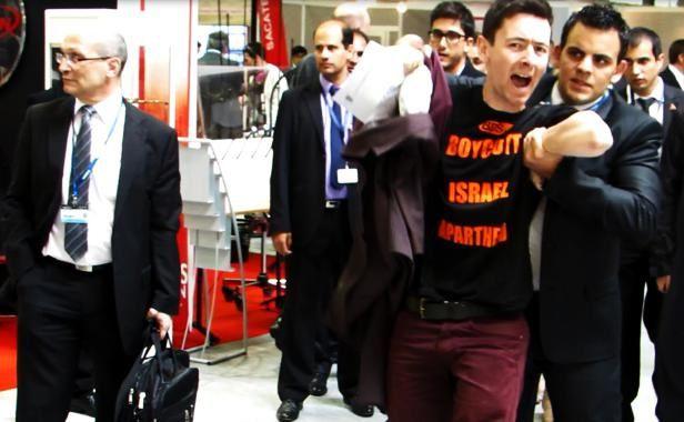 Des militants pro-palestiniens ont appelé au «Boycott d'Israël» devant les stands d'armements du pays au salon Eurosatory le 17 juin 2014. William Molinié / 20 Minutes