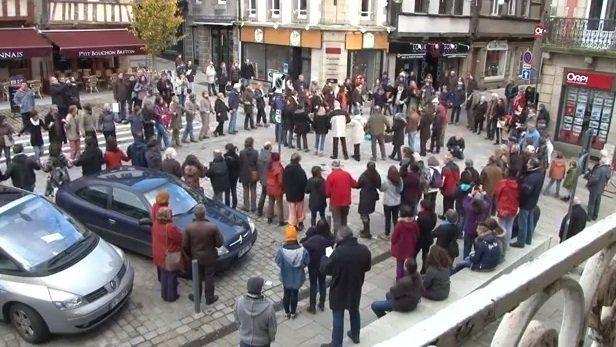 Lannion : le flash mob en soutien aux sans-papiers....