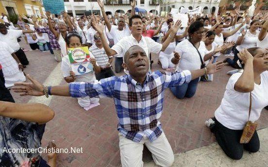 Colombie : Des chrétiens prient à genoux contre une décision de justice les empêchant de prier