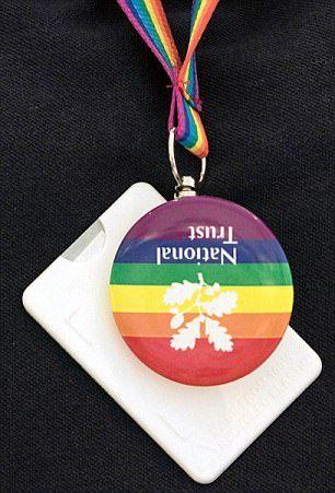 Mutinerie au National Trust : Des dizaines de volontaires quittent ou refusent de travailler après avoir reçu l'obligation de porter des badges Gay Pride