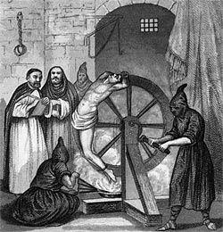 Pendant que la personne est attachée à cette roue, celui interroge pouvait à l'aide d'un marteau, briser un ou des os de la personne