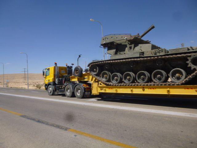 sur les routes de l'état hébreu, il n'est pas rare de voir passer des convois militaires.