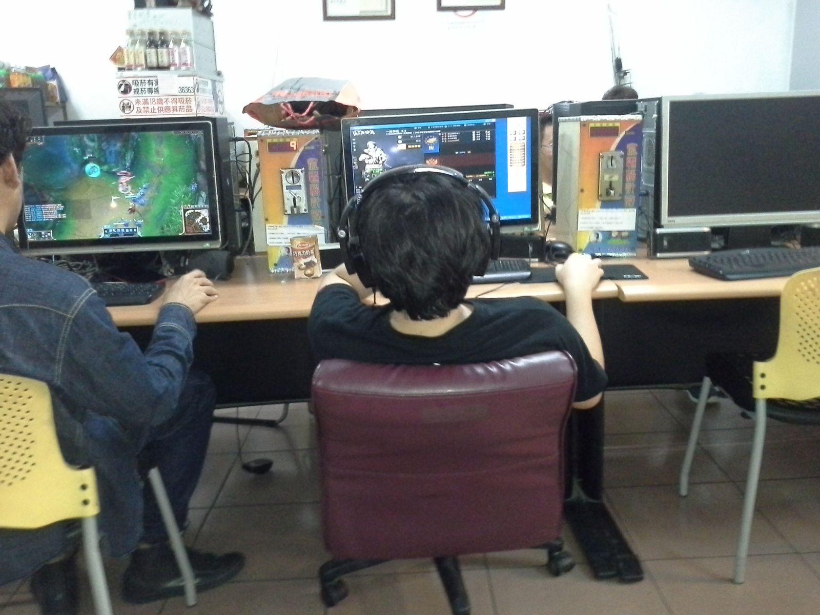 resto qui est aussi une salle de jeux videos...