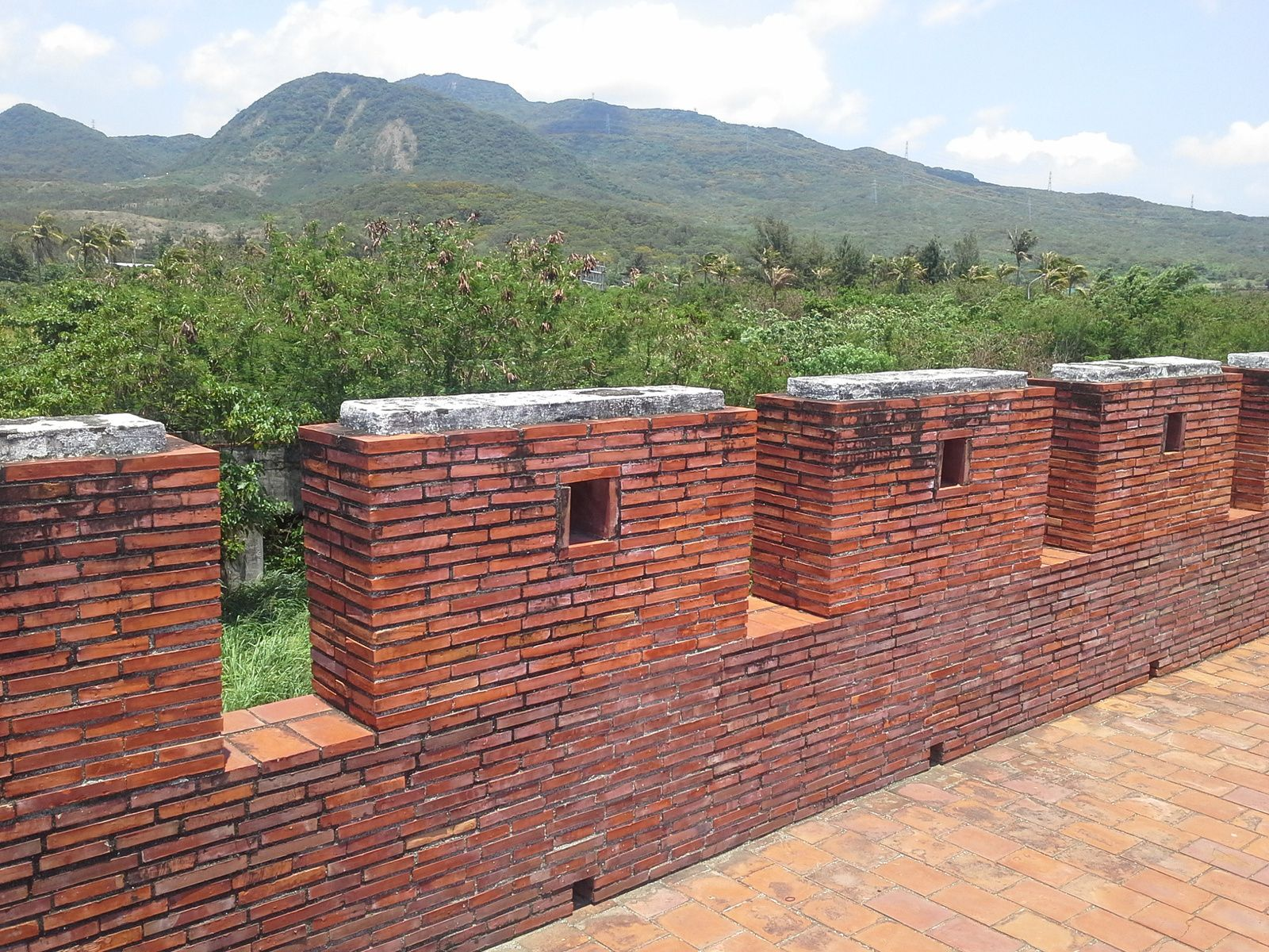 les murailles de la cité et oa montagne en arriere-plan