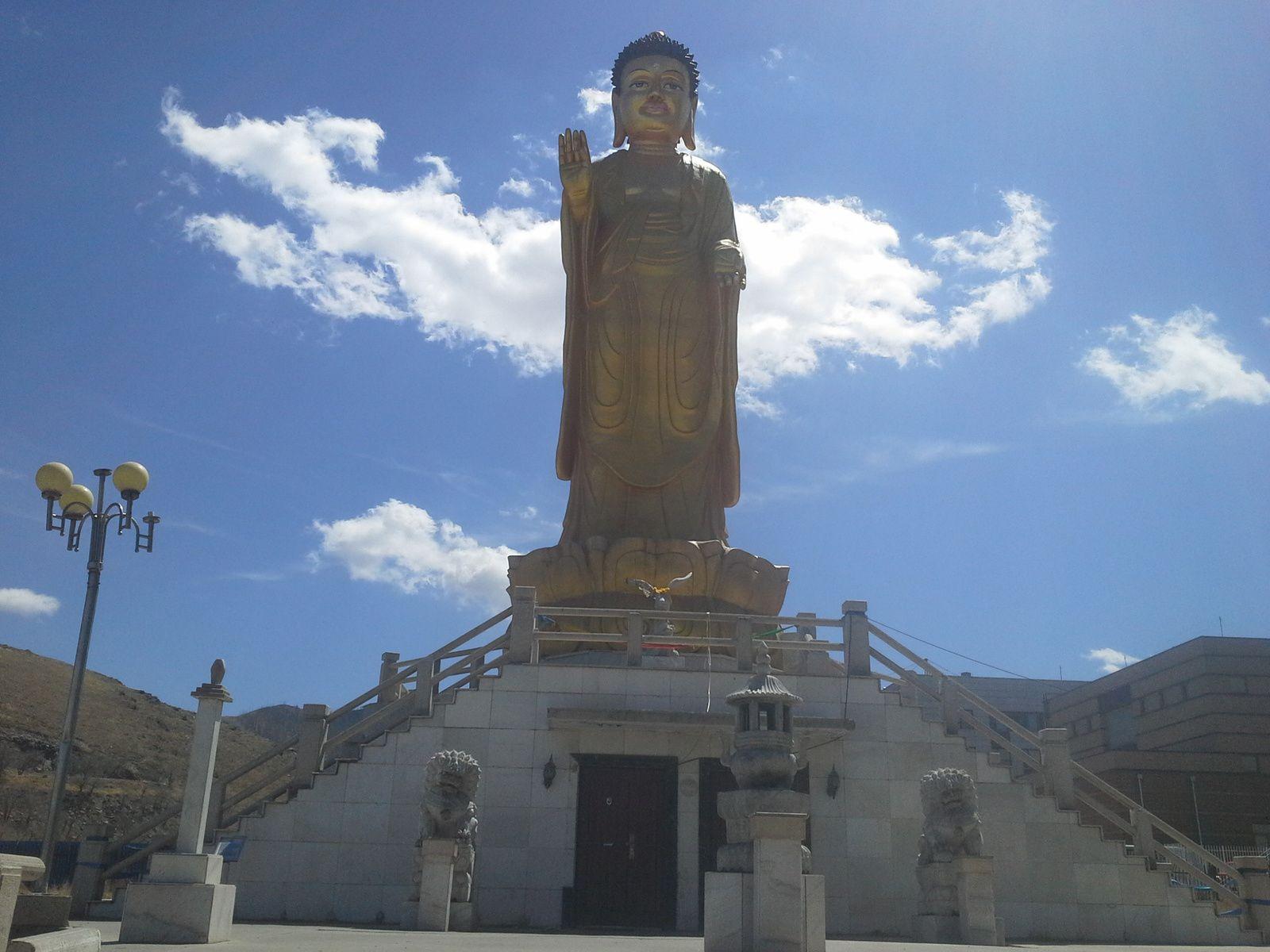 bouddha majestueux protegeant la ville